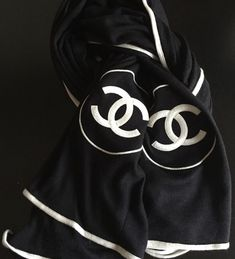 Advice On Buying Fashionable Stylish Clothes – Clothing Looks Mademoiselle Coco Chanel, Scarf Packaging, Chanel Scarf, Ways To Wear A Scarf, Scarf Design, Glamour, Scarf Hairstyles, Fashion Branding, Fashion Advice