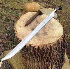 Now this is a different way to make a machete. Credit for photo goes to thanks a lot mate! Love guns we'll be sure to check out Railroad Spike Knife, Railroad Spikes, Swords And Daggers, Knives And Swords, Metal Projects, Metal Crafts, Blacksmithing Knives, Blacksmithing Beginners, Forging Knives