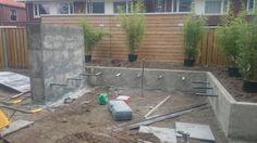 Aanleg van de tuin. #strakketuin #pergola #strak #zwevend #bankje #thermischessen #bamboe #klimhortensia #keramiek #verhoogdeborder #wit #zitten #relaxen