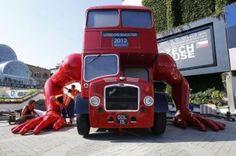 (Reuters/Josek) Un enorme scultura di David Cerny è stata installata a Londra in occasione delle Olimpiadi 2012. L'artista ha trasformato un tipico bus londinese in un robot che si solleva come fosse un atleta. Cerny spera che diventi la mascotte non ufficiale delle Olimpiadi. L'opera è stata
