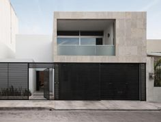 Elegant Designing Modern Municipal House in Cancún: Modern Cereza Front With Blak Fence And Brown Wall With Black Iron Gate Design Ideas For Home Inspiration Style ~ FreeSharing Architecture Inspiration Backyard Fences, Fenced In Yard, Yard Fencing, Fence Landscaping, Urban House, Gate Design, House Design, Design Exterior, Facade Design