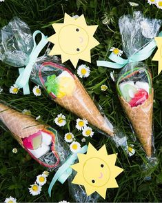 Sommarens trevligaste godisstrut! @kreativakarin vet precis hur man gör de perfekta presenterna till pedagogerna lärarna eller varför inte istället för godispåsen på barnkalaset! Så fint och somrigt! #sommar #present #lärare #pedagogpresent #gift #giftbag #icecreamcone #glasstrut #barnkalas #skolavslutning #graduationday #birthdayparty #marshmallow #ananas #jordgubb #pineapple #strawberry