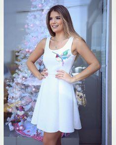 Vestido fofo branco com aplicação de pássaro! By @queencoutureoficial para loja @luluchicriopreto Aquele tipo de roupa que veste bem me qualquer corpo! ❤️