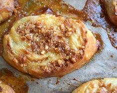 vzhledově to možná vypadá všelijak a příprava trvá dva dny, ale stojí to za to 😋 domácí plundrové těsto, vanilkový crème pâtissière a drcené mandle v karamelu 😍 #homebaked #danishpastry #caramelisedalmonds #roll #patisserie #frenchbaking #frenchcuisine #mandle #bakingmom #bakingtime #peceni #zavin #karamel #instabake #dessertstagram #desserttime #homebaker #foodphotography #foodie #foodlover #czechrepublic #czech #avecplaisircz Food And Drink