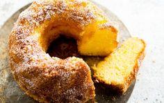Gluteeniton ja laktoositon appelsiinikakku Gluteeniton ja laktoositon appelsiinikakku on oiva tarjottava, kun kahvipöytään saapuu erityisruokavaliota noudattavia vieraita. 1. Vaahdota pehmeä rasva ja sokeri keskenään. Lisää joukkoon kananmunat yksitellen huolella vatkaten. 2. Sekoita perunajauhot, gluteeniton jauhoseos ja leivinjauhe keskenään. Sekoita kuivat aineet taikinaan sitrusliköörin ja raastetun appelsiinin kuoren kanssa. Sekoita tasaiseksi taikinaksi. 3. Voitele ja korppujauhota …