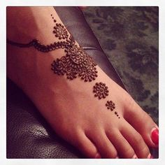 86 Stunning Henna Tattoos.. I really want one stretching from one hip bone to the other!