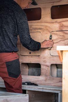LIFEforFIVE-Wohnmobil-Ausbau-Daniel beim Verspachteln des Holzschrankes.