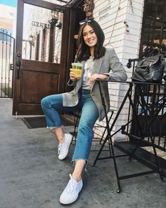 This is the style of blazer that I am looking for. I would wear it with cuffed, rather than cut off jeans. Blazer outfits with work fashion ideas Fall Blazer, Look Blazer, Casual Blazer, Blazer Dress, Spring Work Outfits, Casual Work Outfits, Fall Winter Outfits, Blazer Fashion, Fashion Outfits