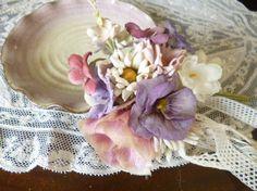 野薔薇とパンジー、すみれ、デージーなどのお花達を束ねコサージュをお創りしました。シックなお色です。野薔薇は色を重ねアンティーク染めにしてみました。多色使いのコ...|ハンドメイド、手作り、手仕事品の通販・販売・購入ならCreema。