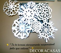 Exemplo de decoração com flocos de neve de papel – ideias custo zero