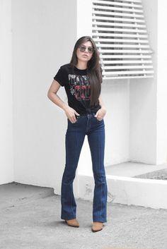 Cowboy vibes: 8 combinações para te inspirar. T-shirt estampada, calça flare jeans, bota caramelo de bico fino