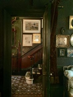 dark green kitchen vintage green manor dark wood inspiration and ideas for moody traditional green Victorian Bedroom, Victorian Homes, Victorian Interiors, Bedroom Vintage, Dark Interiors, Wood Interiors, Slytherin Aesthetic, Interior Exterior, My New Room