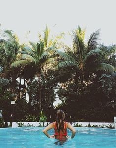 Fotos na piscina: criativas, poses, estilo Tumblr e com amigas