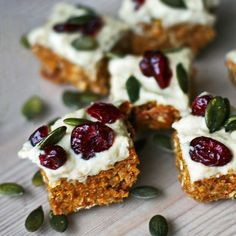Carrot cake bites made of dates, carrots, rolled oats and walnuts and topped with cashew frosting. Vegan, gluten-free, no refined sugar or added fat. However, filled with flavor :) - by Maikin mokomin