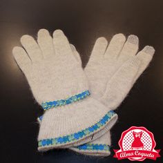 Nunca pasarás frío con este bonito guante de lana en color crudo con adorno de vivo y lazo en cuadros azules con amarillo #guantes #fashion #retro  #crema #lazo #almacoqueta #leonesp #invierno #azul