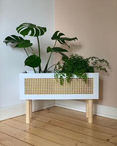 Furniture Board, Furniture Projects, Diy Furniture, Tropical Furniture, Diy Plant Stand, Creation Deco, Wooden Planters, Flower Stands, Beautiful Space