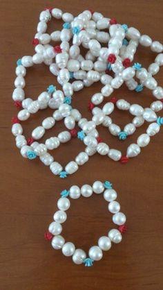 Perlas cultivadas y florecitas de turquesa y coral rojo