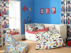 kinderyimmer vorhang farbig lustig muster blaue wandgestaltung