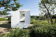 A tiny minimal cottage equipped with a shower, hammock and sleeping space by Jo Nagasaka. More on ignant.de...