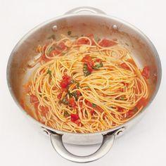 Print dit recept uit en plak hem op de koelkast: dit wordt jouw nieuwe favoriet! Deze klassieke spaghetti met tomatensaus is geliefd bij jong en oud en is helemaal naar eigen wens aan te passen. 1. Pel de tenen knoflook en snijd ze in dunne...