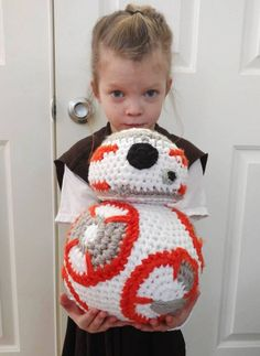 I Crocheted This For My Little Rey - Droids Star Wars - Ideas of Droids Star Wars - BoredPanda version of crochet pattern Ravelry Free Pattern Star Wars Crochet, Crochet Stars, Cute Crochet, Crochet Crafts, Yarn Crafts, Crochet Baby, Crochet Projects, Knit Crochet, Crochet Amigurumi