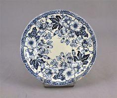 GIEN, Assiette en faïence à bords contournés, motifs imprimés bleus composés de fleurs stylisées rappelant celle des églantiers. Inspiration de la porcelaine anglaise
