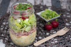 Ein Rezept für einen Salat im Glas. Unten ist ein Eiersalat, darüber kommt etwas Schinken und darauf grüner Salat und Radieschen mit einer eigenen Soße.
