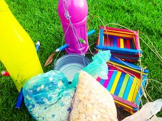 Haciendo alimentadores para aves en el arbolito. Palos de colores, botellas pintadas, latas de atún, cinta, piola, semillas