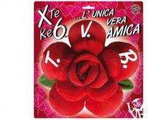 CUSCINO ROSA 16CM TVB AMICA. Morbido cuscino a forma di rosa con petali colore rosso e scritta TVB in confezione con dedica