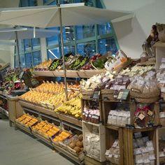 Fresh food: Area freschi di coop.fi a Novoli caratterizzato dalle bancarelle ortofrutta realizzate in rovere taglio di sega.