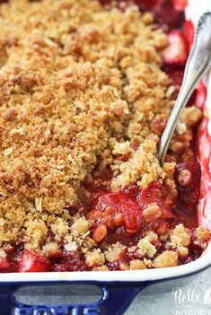 Strawberry Crisp Recipe {The BEST Summer Dessert}You can find Strawberry desserts and more on our website.Strawberry Crisp Recipe {The BEST Summer Dessert} Strawberry Crisp, Strawberry Cobbler, Strawberry Summer, Best Summer Desserts, Bon Dessert, Dessert Blog, Snacks Sains, Oreo, Yummy Food