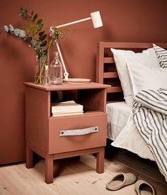 Geef je nachtkastje een metamorfose. Verf het kastje in een oranjeroestrode kleur en plaats een andere handgreep   STUDIObyIKEA IKEA IKEAnl IKEAnederland DIY TARVA nachtkastje industrieel slaapkamer inspiratie pimpen  RIGGAD led lamp bureaulamp oranje handgreep