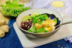 Quinoa bowl med tofu och sweetchilidressing