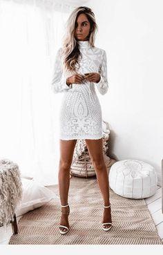 Vestido branco curto e com manga longa Hoco Dresses, Sexy Dresses, Fashion Dresses, Formal Dresses, White Homecoming Dresses, Graduation Dresses, Homecoming Dresses Short Tight Sleeves, Vegas Dresses, Long Sleeve Short Dress