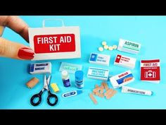 DIY Miniature First Aid Kit - Accessories, Band Aids, Thermometer, Medicine - DIY Tutorial Miniature Crafts, Miniature Dolls, Poupées Our Generation, Mini First Aid Kit, American Girl Diy, Diy School Supplies, Barbie Accessories, Band Aid, Doll Crafts
