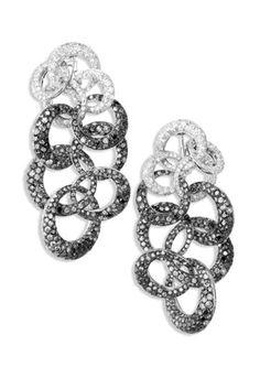 Orecchini pendenti della Collezione Anelli in oro bianco incastonati da diamanti bianchi e neri, accompagnati da uno straordinario bracciale in parure. Il black and white è una tendenza molto sentita nel mondo del gioiello. - See more at: http://www.vogue.it/vogue-gioiello/shop-the-trend/2012/06/cheryl-cole#ad-image198830De Grisogono