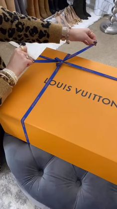 Unboxing My New Louis Vuitton Bag! Check out my new LV ONTHEGO bag I got at Copley Place! I had been eyeing it for months, but it was always sold out! Hermes Handbags, Fashion Handbags, Purses And Handbags, Fashion Bags, Replica Handbags, Pink Fashion, Fashion Fashion, Runway Fashion, Fashion Trends