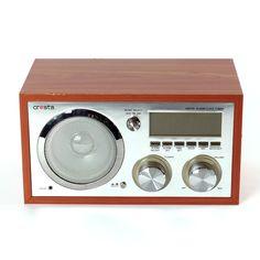 Leuke wekker/radio in retrolook met AM/FM ontvangst, LCD-display, AUX ingang voor o.a. MP3 speler De volume en afstem knoppen hebben achtergrond verlichting. Inclusief telescopische antenne en netsnoer.
