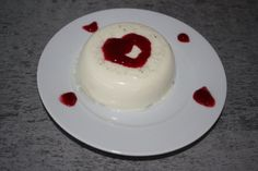 Valentínska vanilková panna cotta s omáčkou z lesného ovocia