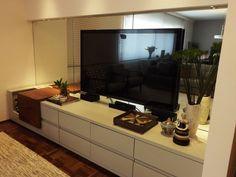 Sala de TV | Rack bar | O rack também funcionar como um bar que armazena até 30 garrafas | O espelho com iluminação amplia o ambiente da sala | marcelasantiago.com.br