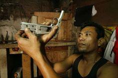 Fábrica de armas ilegal ~ Danau, Cebu, Filipinas - Las réplicas de fusiles M16, AK-47 (Kalashnikov popular), y Uzi, y otros rifles semiautomáticos son las armas más populares. Más tarde fue vendida a los clientes locales, políticos, militares y civiles ordinarios.