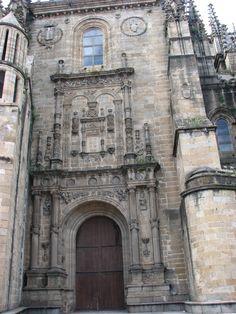 La puerta Sur de la Catedral. Situada en el enlosado, bajo la Torre del Melón, sobre la muralla placentina que aquí tiene un postigo, el de Santa María. Un lugar realmente bello y tranquilo.