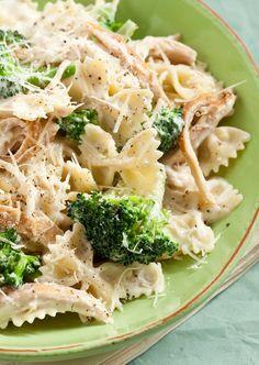 Chicken and Broccoli Alfredo - Marlene Koch Marlene Koch Pasta Recipes, Chicken Recipes, Dinner Recipes, Cooking Recipes, Healthy Recipes, I Love Food, Good Food, Yummy Food, Olive Garden Chicken Alfredo Recipe