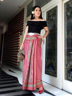 Traditional Thai Clothing, Traditional Dresses, Modern Filipiniana Gown, Thailand Fashion, Myanmar Dress Design, Thai Fashion, Batik Fashion, Thai Dress, Batik Dress