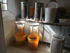 Nyhøstet honning bliver siet før den skal omrøres dagligt i nogle dage, og tappes på glas.