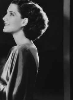 Norma Shearer: i adore, adore, adore her hair. Popular Actresses, Classic Actresses, Classic Films, Beautiful Actresses, Actors & Actresses, Old Hollywood Glamour, Golden Age Of Hollywood, Hollywood Stars, Classic Hollywood