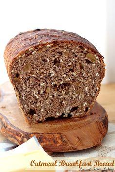 Havermout ontbijt brood uit Roxanashomebaking.com Boordevol havermout, walnoten en rozijnen voor een brandstofsysteem en bevredigend ontbijt