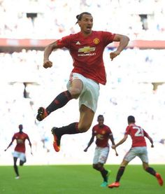 Manchester United's Swedish striker Zlatan Ibrahimovic celebrates scoring their second goal during the FA Community Shield football… Football Man Utd, World Football, Soccer World, Soccer Fans, Football Match, Manchester United Shorts, Manchester United Football, Fa Community Shield, Bobby Charlton