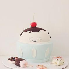 just a little bit toooo cuuute!! KAwaii cake by #hellonaomispecialtycake