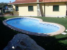 Piscina Modelo Oporto con acera en prefabricado de 35 cm ancho y cenefa en Greca.